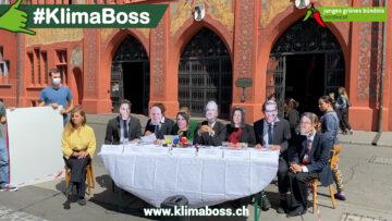 Gruppendiskussion vor dem Rathaus