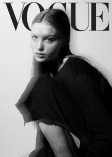 Portraits einer Frau in Schwarz-Weiss mit dem Logo von Vogue, dem Modemagazin.